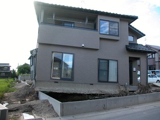 中越地震で基礎からズレた住宅